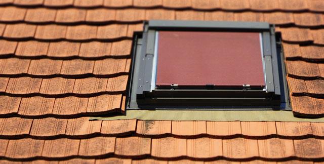 dachfenster mit rollo drote dachziegel